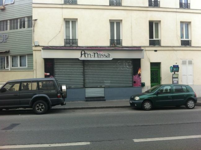 Islamophobie : excréments et croix gammées sur une boutique de vêtements