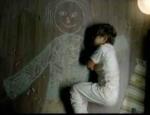Orphelin, il dort dans les bras de sa maman
