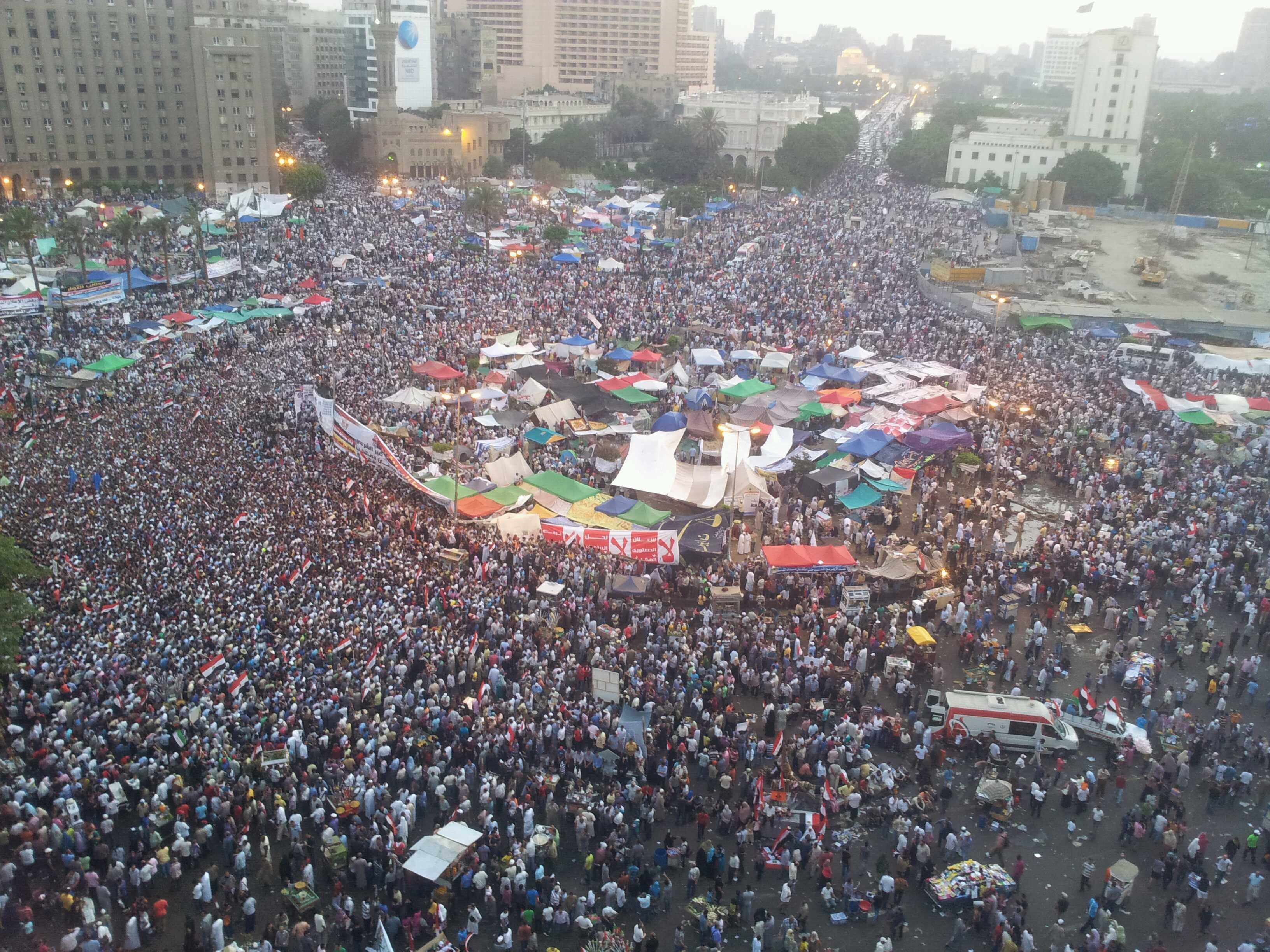 Place Tahrir : avant et pendant la prière