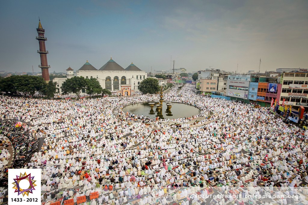 Indonesian Muslims praying Eid
