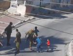 Un soldat israélien frappe un enfant palestinien de douze ans