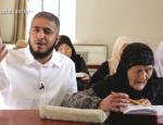 Une dame agee apprend le Coran par coeur