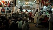 des musulmans pauvres attendent une sadaqa