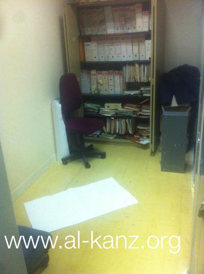 prière dans une salle d'archives