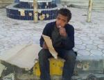 un enfant mange du carton en Syrie